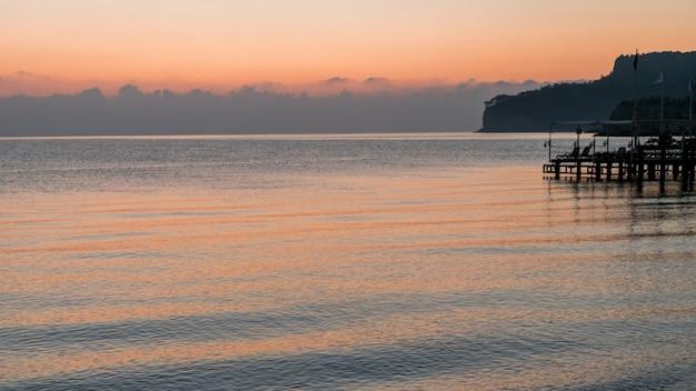 Piękny ocean krajobraz i dok