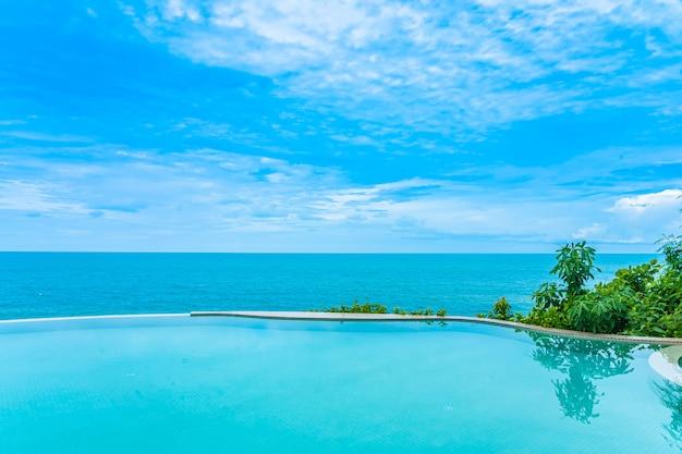Piękny odkryty basen bez krawędzi z widokiem na morze