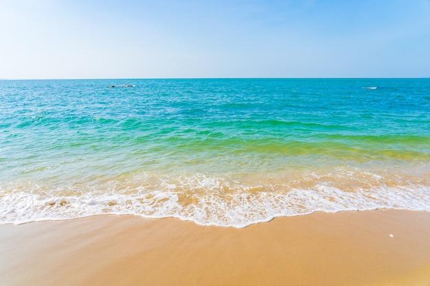 Piękny odkryty z tropikalnej plaży oceanu morskiego na wakacje