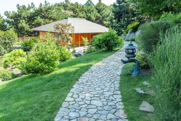 Piękny ogród japoński ze ścieżką ogrodową w lecie