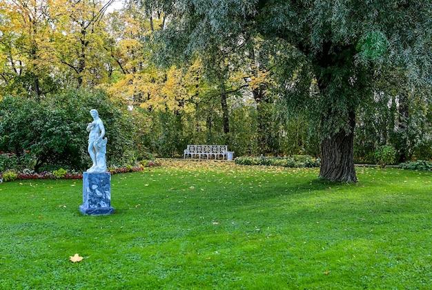 Piękny ogród pałacu katarzyny. arcydzieło architektury rosyjskiej. miasto puszkina.