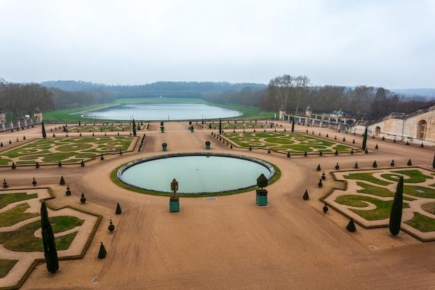 Piękny ogród w słynnym pałacu w wersalu, francja.