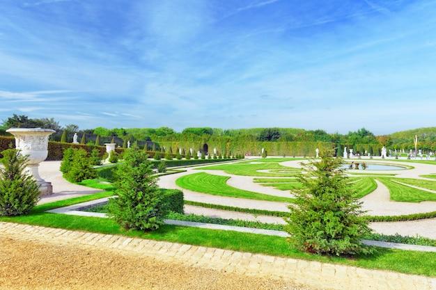 Piękny ogród w słynnym pałacu wersal, paryż, francja