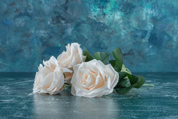 Piękny pachnący biały kwiat, na niebieskim tle.