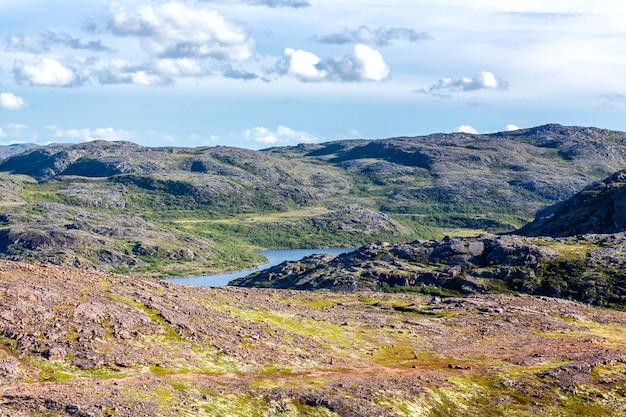 Piękny pagórkowaty północny krajobraz. wspaniała surowa natura.