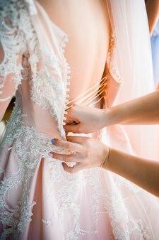 Piękny panna młoda rano przed dużym ślubem