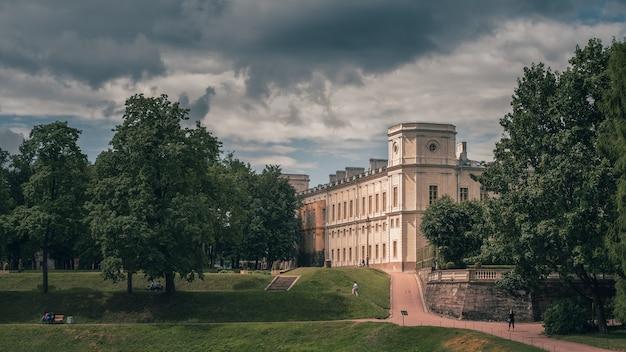 Piękny panoramiczny krajobraz parku ze stawem i pałacem gatchina. rosja