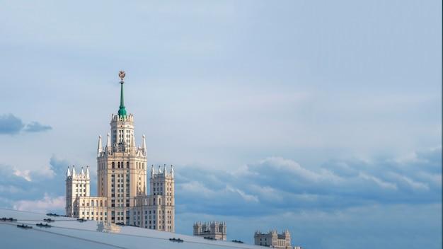 Piękny, panoramiczny widok na budynek imperium stalinowskiego w moskwie na tle błękitnego nieba