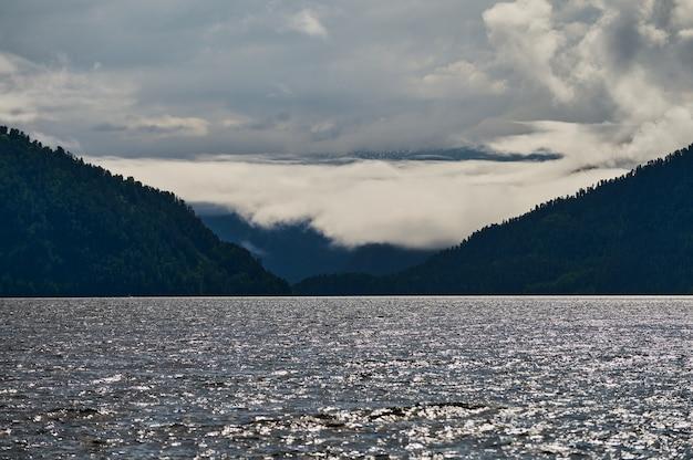 Piękny panoramiczny widok na górskie jezioro kucherla i pasmo górskie belukha national park ałtaj re...
