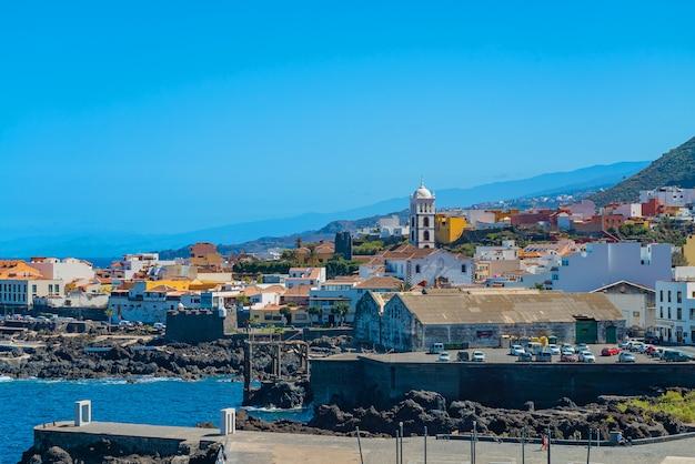 Piękny panoramiczny widok na przytulne miasteczko garachico nad brzegiem oceanu