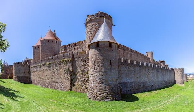 Piękny, panoramiczny widok na średniowieczne miasto carcassonne w aude we francji