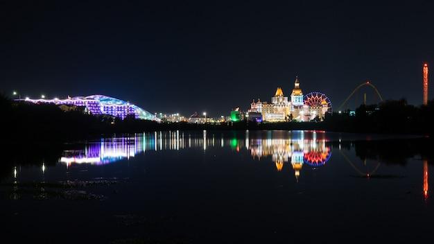 Piękny panoramiczny widok oświetlonych hoteli