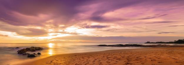 Piękny panoramiczny widok tropikalnej plaży o zachodzie słońca. khaolak i phuket, tajlandia.