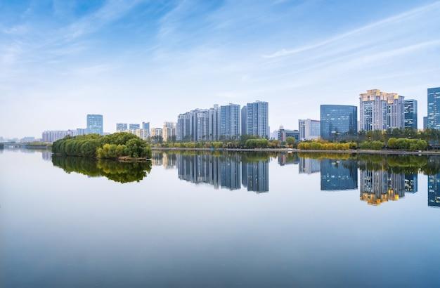 Piękny park fenhe i panoramę miasta taiyuan w shanxi