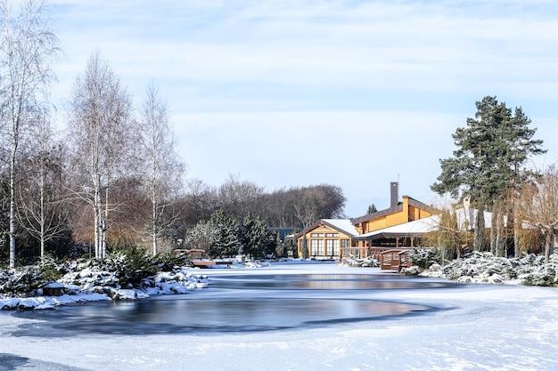 Piękny park z jeziorem w zimowy dzień