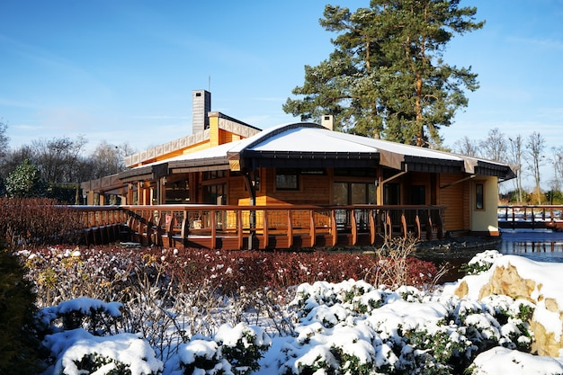 Piękny park zimowy ze stawem