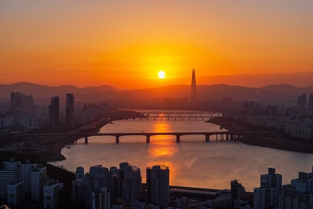 Piękny pejzaż miejski przy lotte światu wierza w seul mieście, południowy korea.