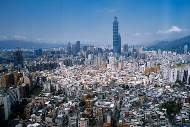 Piękny pejzaż miejski z dużą ilością budynków i wysokich drapaczy chmur w hongkongu, chiny