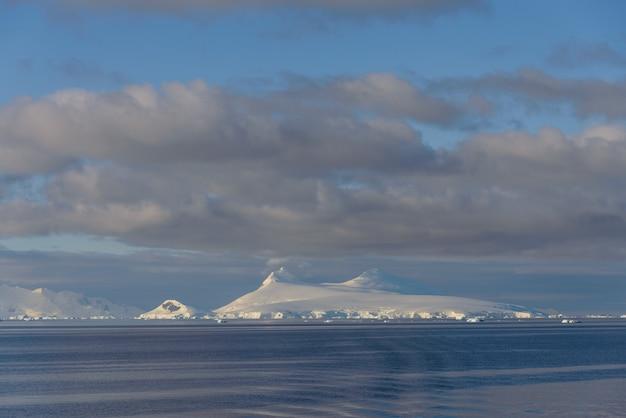 Piękny pejzaż morski na antarktydzie