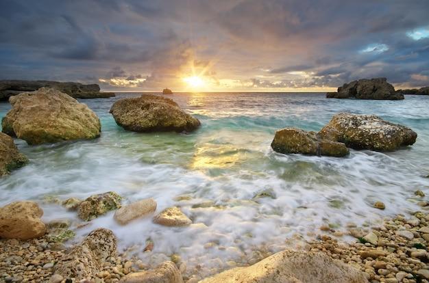 Piękny pejzaż morski. zachód słońca nad morzem.
