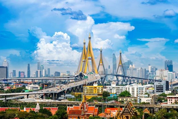 Piękny pejzaż z bangkoku i most autostrady w tajlandii.