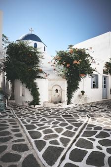 Piękny plac z białymi budynkami i kościołem w paros w grecji