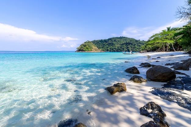 Piękny plażowy widok koh chang wyspy seascape przy trad prowinci wschodni tajlandia na niebieskiego nieba tle