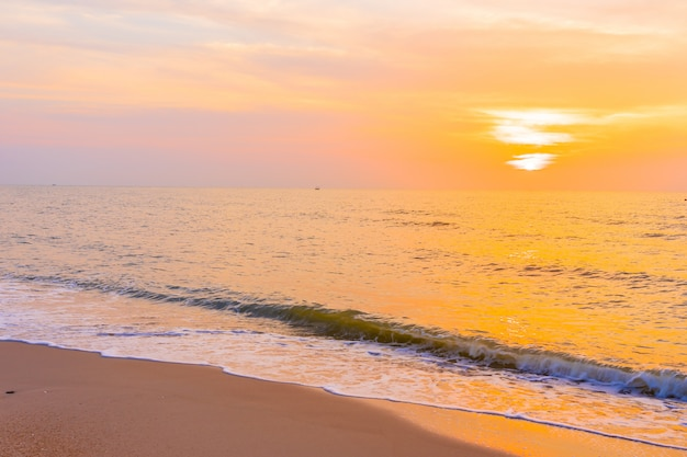 Piękny plenerowy krajobraz denna i tropikalna plaża przy zmierzchem lub wschodu słońca czasem