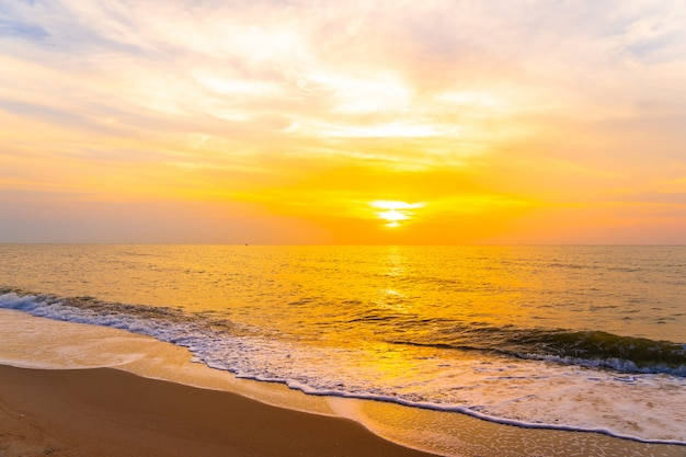 Piękny plenerowy krajobraz morze i tropikalna plaża o czasie zachodu słońca lub wschodu słońca