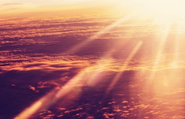 Piękny płonący krajobraz wschód słońca nad chmurami. widok z samolotu. zachód i wschód słońca koncepcja tło.