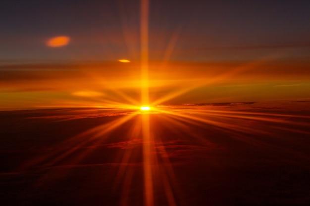 Piękny płonący krajobraz wschód słońca. zachód i wschód słońca koncepcja tło.