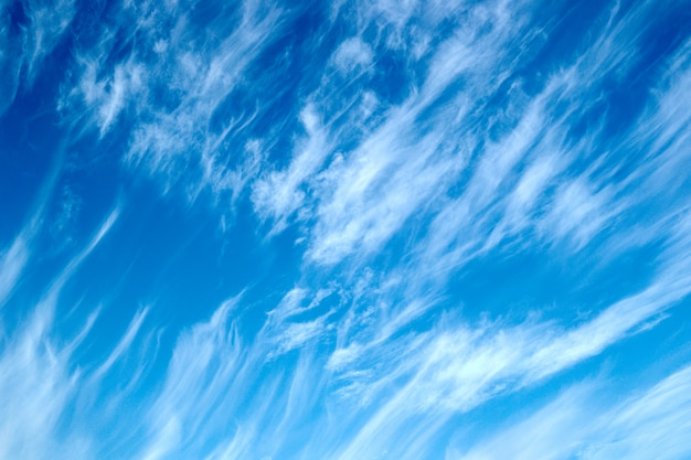 Piękny pochmurny krajobraz z chmurami cirrus na niebieskim niebie