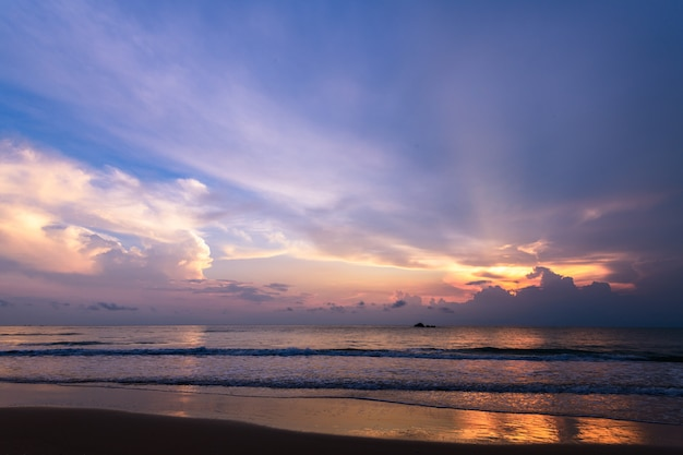 Piękny pochmurny na wschodzie słońca na plaży khanom,