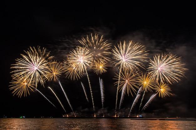 Piękny pokaz sztucznych ogni do świętowania nad morzem