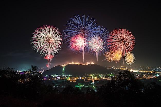 Piękny pokaz sztucznych ogni na szczycie góry. pranakornkiri petchaburi tajlandia.