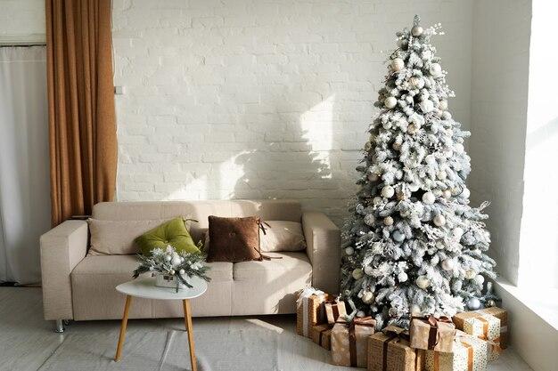 Piękny pokój z dekoracjami z choinką i prezentami pod nią