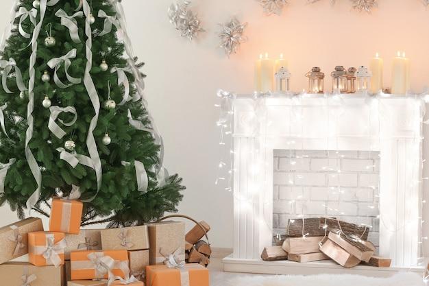Piękny pokój z jodłą, kominkiem i dekoracjami świątecznymi