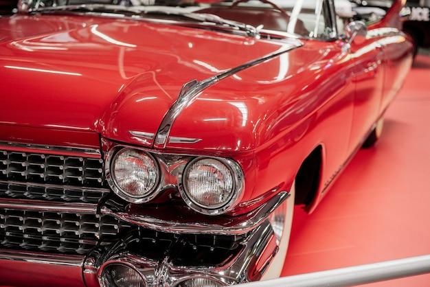 Piękny polerowany czerwony zabytkowy samochód
