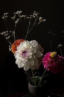 Piękny pomarańczowy kolor słoneczny kwiat dalii żółty craspedia i białe suszone kwiaty nowoczesny buk...