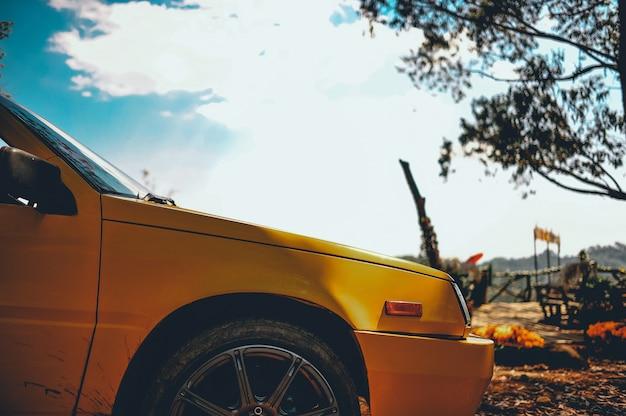 Piękny pomarańczowy samochód. zaparkowany w górach dla rodziny