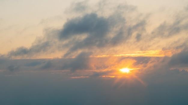 Piękny pomarańczowy wieczór zachód słońca niebo z chmurą, słońce zachodzi.