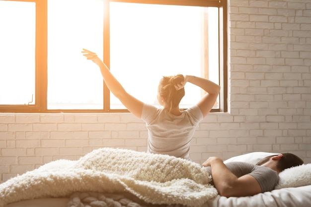 Piękny poranek młoda para w łóżku