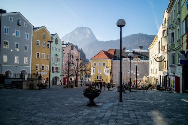 Piękny poranek pejzaż z rynkiem i starymi kolorowymi domami tradycyjnymi na tle jasnego nieba jesienią w mieście kufstein, austria.