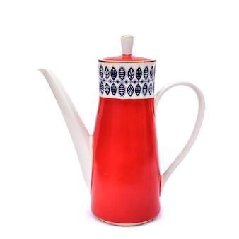 Piękny porcelanowy wysoki czerwony dzbanek do kawy z wzorami liści, izolat na białym tle