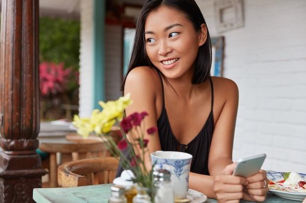 Piękny portret chinki z bobbed fryzury, pozuje w przytulnym pokoju