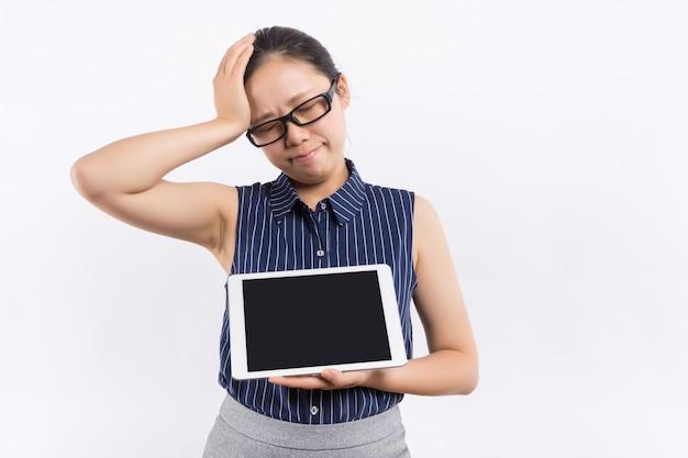 Piękny portret kobiety: kobieta z azji korzysta z nowych technologii i znajduje informacje do swojej pracy. urocza bizneswoman czuje się szczęśliwa i cieszy się z pracy. wspaniały kobieta stojak przy biurem