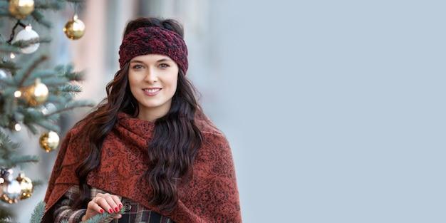 Piękny portret kobiety uśmiechnięta dziewczyna jest ubranym ciepły odziewa w zimie