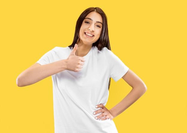 Piękny portret kobiety w połowie długości na białym tle na żółtym tle studio. młoda uśmiechnięta kobieta. wyraz twarzy, lato, weekend, koncepcja ośrodka. modne kolory.