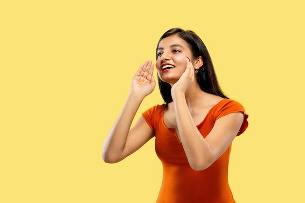 Piękny portret kobiety w połowie długości na żółtym tle