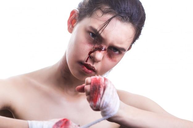 Piękny portret kobiety z krwistymi rękami